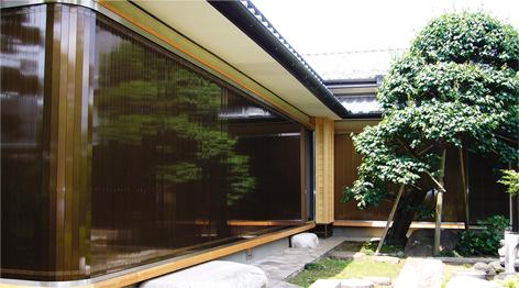 天然木や木目柄、ブロンズ色を使った、建物の美観を損なわないシャッター